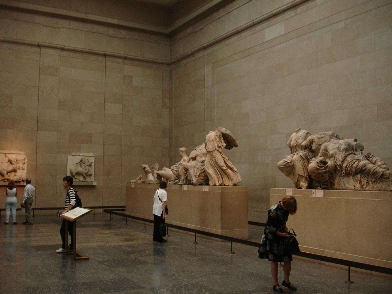 Og her ser dere på den borteste veggen metopene som en gang var på Parthenon, men som nå er i British museum.