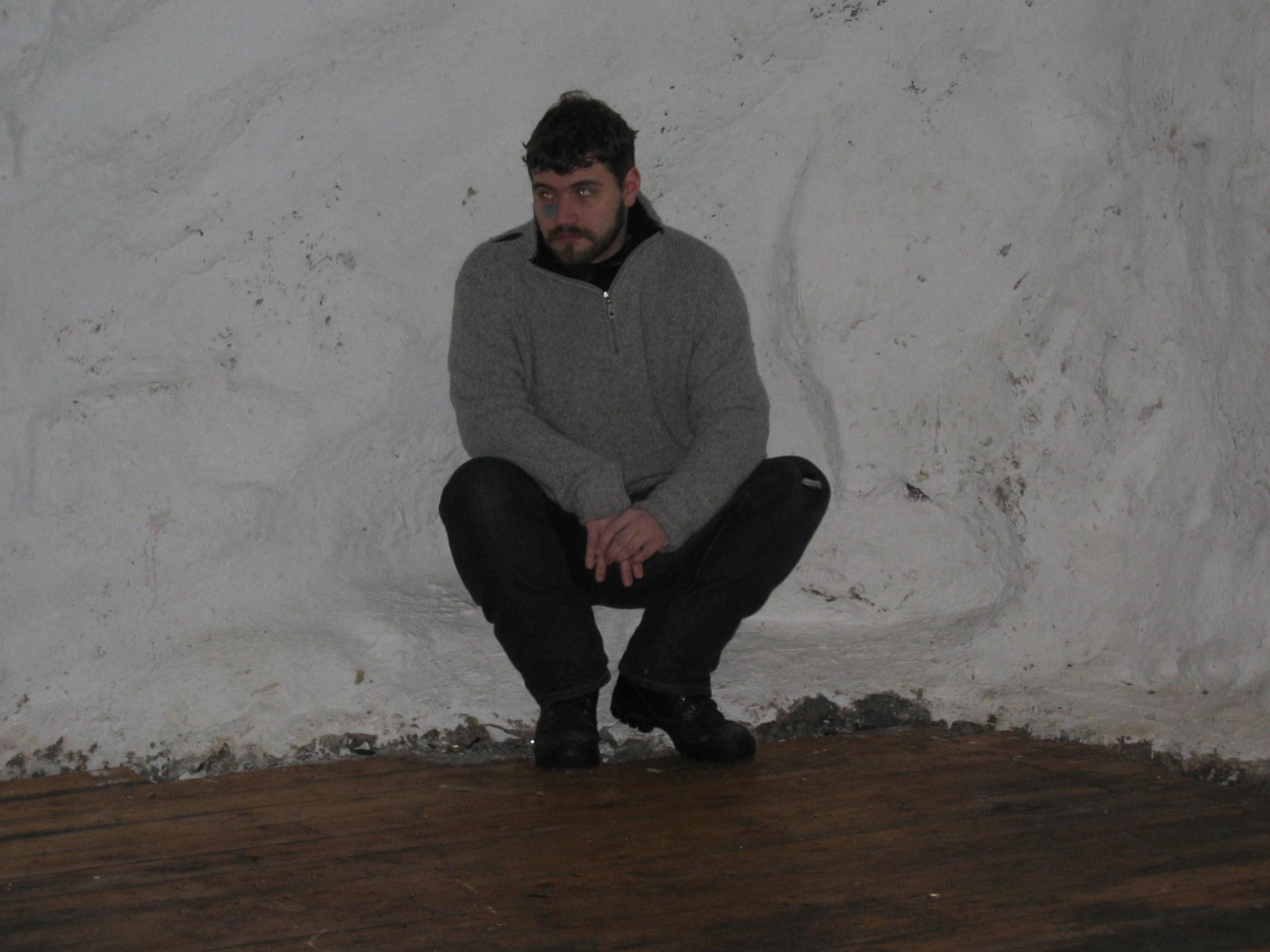 """Og dette er fra prøvene til teaterstykket """"Kjellermonolog"""", som ble satt opp noe sånt som 5 år senere på HULEN i Bergen. Georg Francis spiller, og er på bildet."""