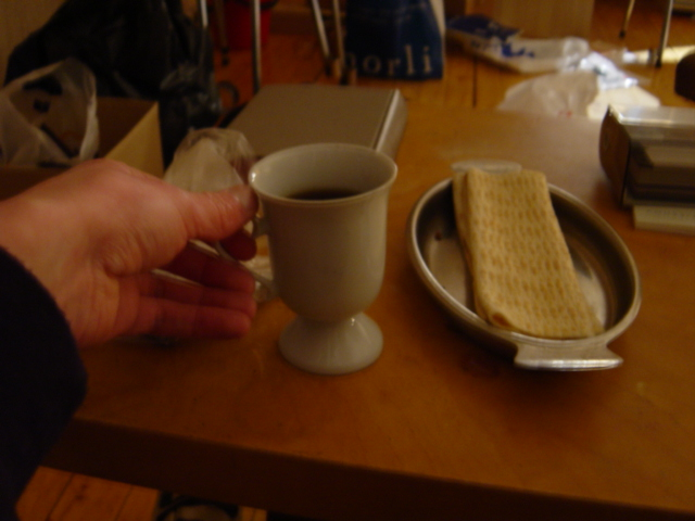 Hånd griper kaffekopp